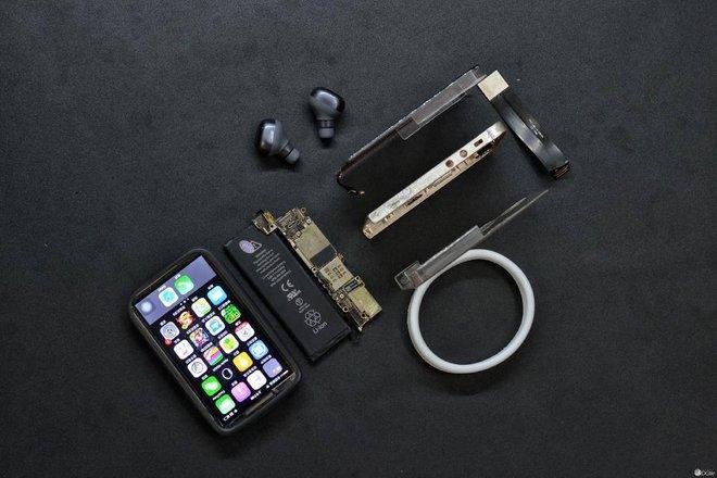 Tất cả các bộ phận cần thiết để biến chiếc điện thoại này thành hiện thực. Không có loa ngoài nhưng một cặp tai nghe không dây sẽ là giải pháp thay thế.