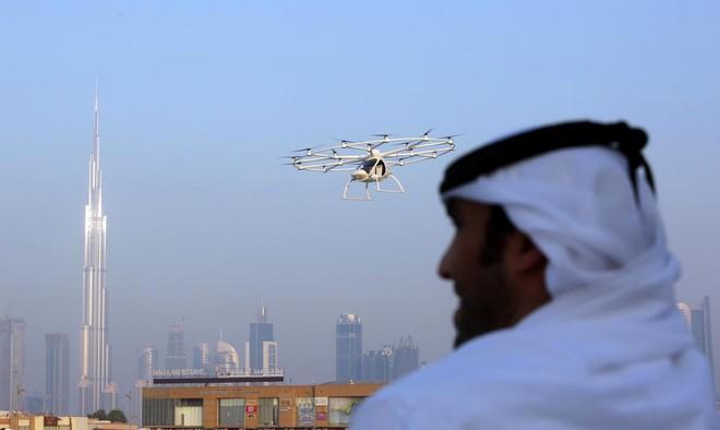 Người dân Ả-rập đang chứng kiến chuyến bay thử nghiệm không người lái ở Dubai.