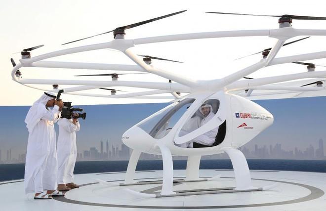 Cuộc thử nghiệm được tiến hành trong một nghi lễ của hoàng tử Dubai - Sheikh Hamdan bin Mohammed (người đang ngồi trong volocopter).