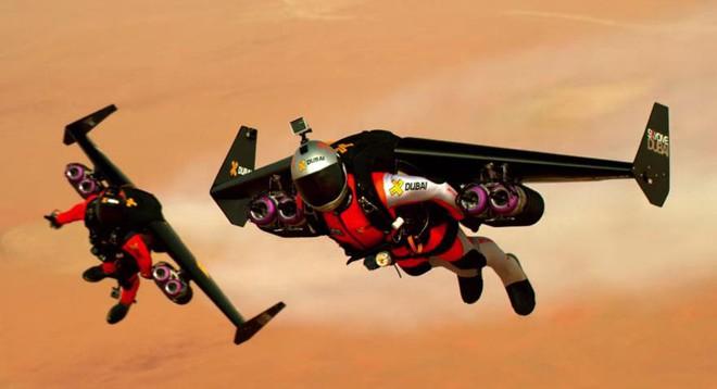 Yvet Rossy và Vince Reffet khi bay bằng jetpack trên Dubai.