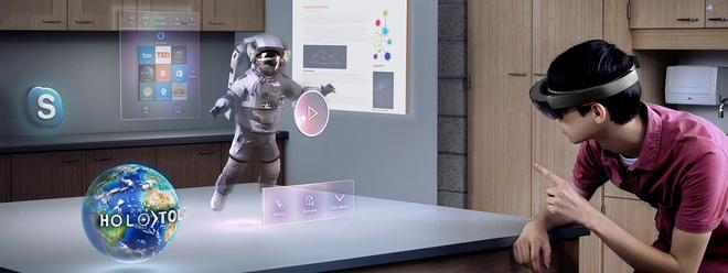 Chiếc HoloLens của Microsoft còn khá cồng kềnh.