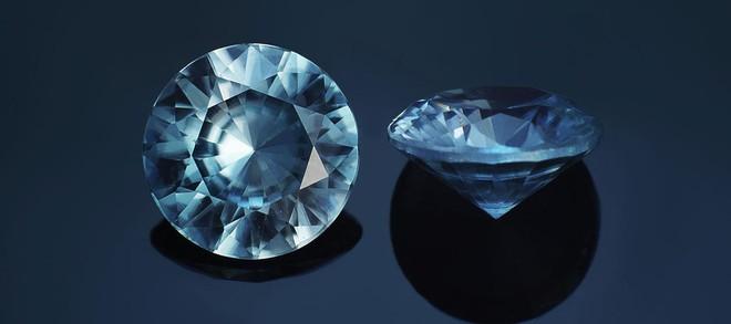 Các khối cubic Zirconia có hình dạng giống như kim cương.