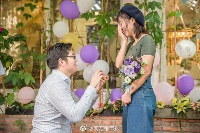 Trung Quốc: Chàng lập trình viên dùng 25 cái iPhone X để cầu hôn bạn gái quen qua game... - Ảnh 1.
