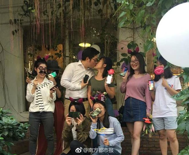 Trung Quốc: Chàng lập trình viên dùng 25 cái iPhone X để cầu hôn bạn gái quen qua game... - Ảnh 3.