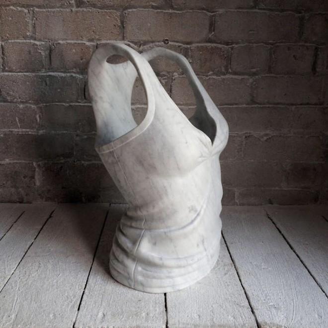 Không chỉ để tạc tượng, đá cẩm thạch còn dùng để may quần áo, đóng giày - Ảnh 3.
