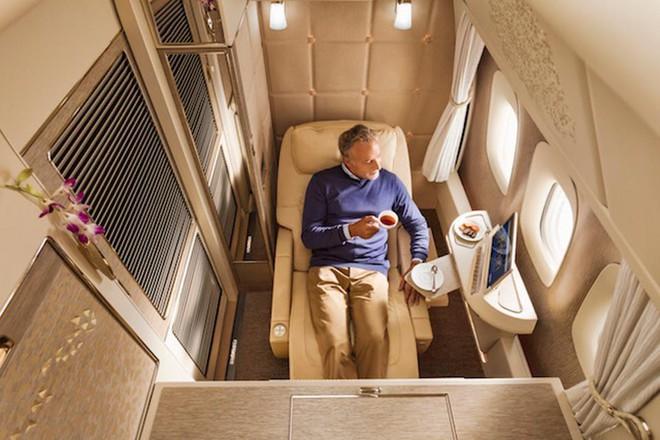 Emirates ra mắt khoang hạng nhất mới siêu sang trên Boeing 777-300ER: lấy cảm hứng Mercedes-Benz S-Class, tích hợp ghế không trọng lực và cửa sổ ảo - Ảnh 4.