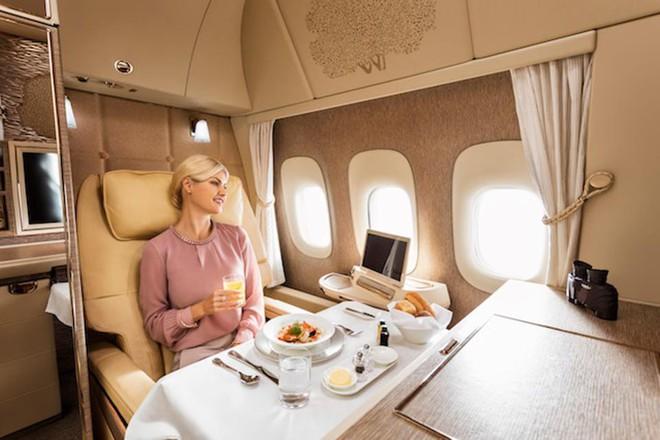 Emirates ra mắt khoang hạng nhất mới siêu sang trên Boeing 777-300ER: lấy cảm hứng Mercedes-Benz S-Class, tích hợp ghế không trọng lực và cửa sổ ảo - Ảnh 6.