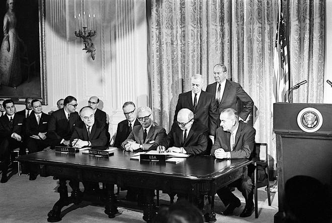 Những đề xuất này sau đó đã được dự thảo thành luật vào năm 1967, với việc các nước lớn như Mỹ, Liên Xô và Vương quốc Anh cùng ký vào Hiệp định Khám phá Không gian vũ trụ của Liên Hợp Quốc.