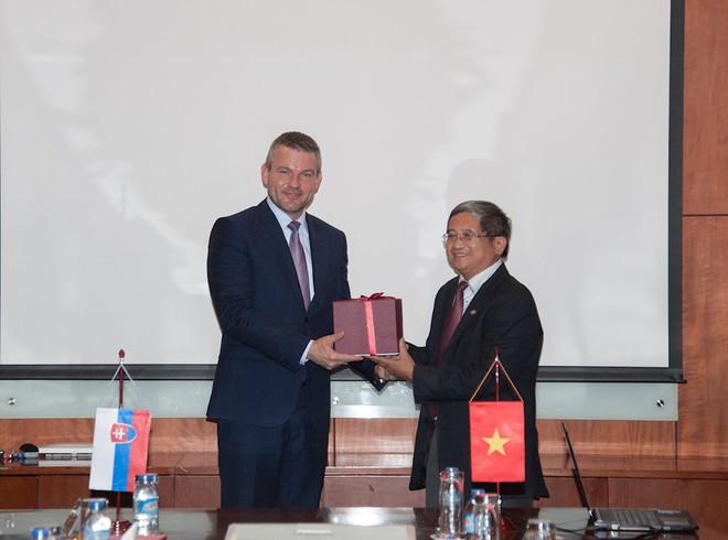 Ông Bùi Quang Ngọc, Tổng giám đốc FPT trao quà lưu niệm cho Phó Thủ tướng Slovakia