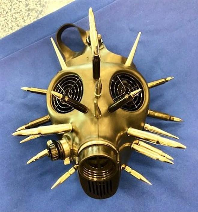 Một chiếc mặt nạ chống khi độc được trang trí bằng vỏ đạn, thu giữ tại sân bay Quốc Tế Miami, tại sao lại không nhỉ?