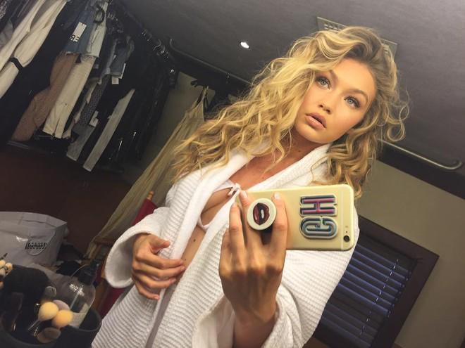 Người mẫu Gigi Hadid là một trong những ngôi sao đầu tiên sở hữu PopSocket, món đồ chơi này của cô được trang trí với đôi môi vô cùng gợi cảm, giống hệt với phong cách trình diễn của Hadid vậy...