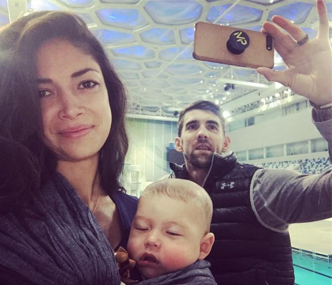 Người cá Michael Phelps cũng bắt kịp ngay xu hướng, trang bị luôn cho chiếc Smartphone của mình một chiếc PopSocket khi chụp ảnh cho cả gia đình anh