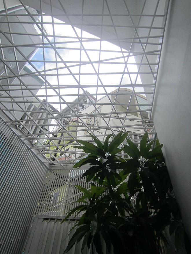 Ngôi nhà 42m2 kỳ lạ ở Sài Gòn: Bên ngoài tưởng kín như hũ nút, bên trong thoáng mát rộng mở thênh thang - Ảnh 3.