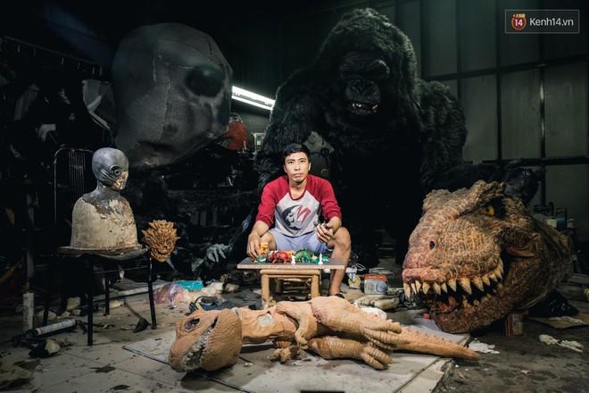Biết tin bị ung thư vòm họng, chàng trai bỏ việc về mở xưởng làm... mô hình quái vật - Ảnh 1.