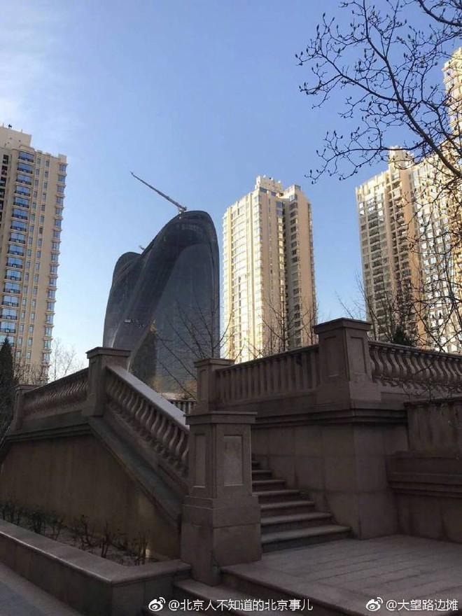 Trung Quốc: Xây tòa nhà giống hình con trai trai, bị dân chê làm xấu phong thủy cả thành phố - Ảnh 1.