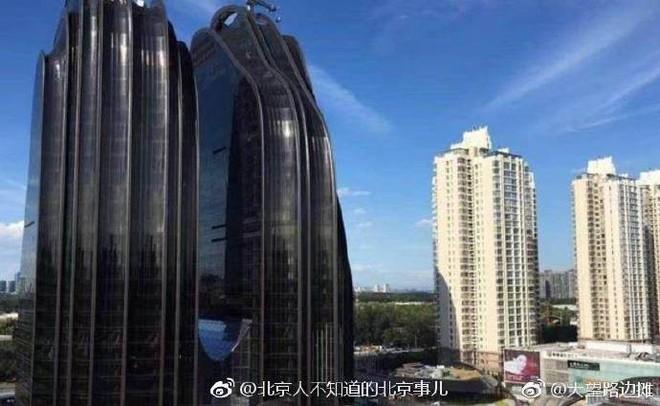 Trung Quốc: Xây tòa nhà giống hình con trai trai, bị dân chê làm xấu phong thủy cả thành phố - Ảnh 2.