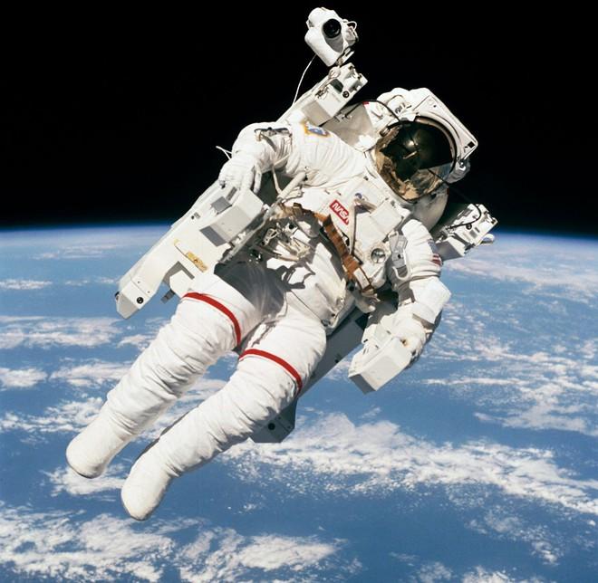 Câu chuyện về Bruce McCandless, phi hành gia đã làm nên bức ảnh mang tính biểu tượng của ngành hàng không vũ trụ - Ảnh 4.