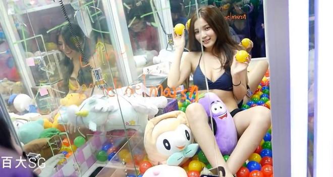 Đài Loan: Cho người mẫu bikini ngồi trong máy gắp thú bông để thu hút người chơi - Ảnh 1.