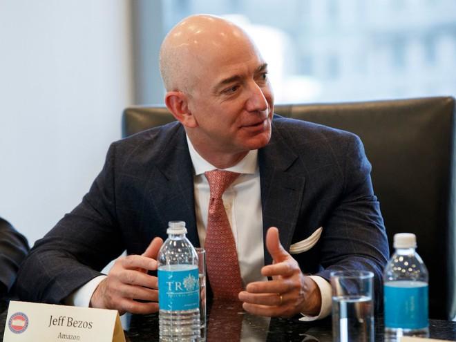 Những nhà quản lý như Mark Zuckerberg, Jeff Bezos và Elon Musk có bàn làm việc như thế nào? - Ảnh 8.
