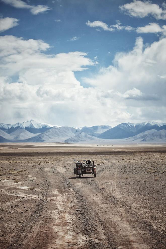 Bộ ảnh du lịch gia đình tuyệt đẹp: Đưa con trai 6 tuổi đi 26.000km qua 12 quốc gia bằng mô tô ba bánh - Ảnh 10.