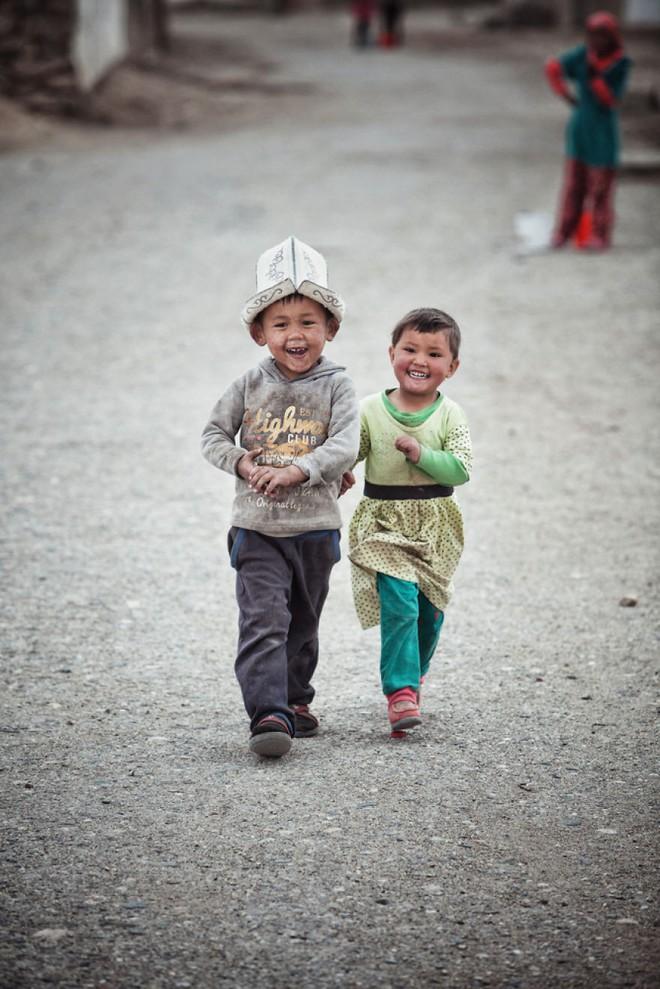Bộ ảnh du lịch gia đình tuyệt đẹp: Đưa con trai 6 tuổi đi 26.000km qua 12 quốc gia bằng mô tô ba bánh - Ảnh 14.