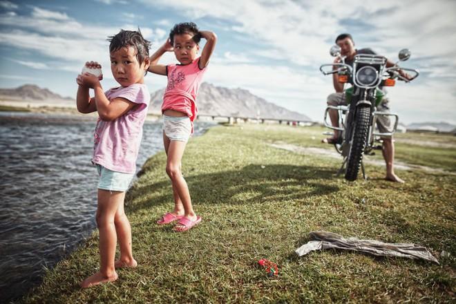 Bộ ảnh du lịch gia đình tuyệt đẹp: Đưa con trai 6 tuổi đi 26.000km qua 12 quốc gia bằng mô tô ba bánh - Ảnh 15.
