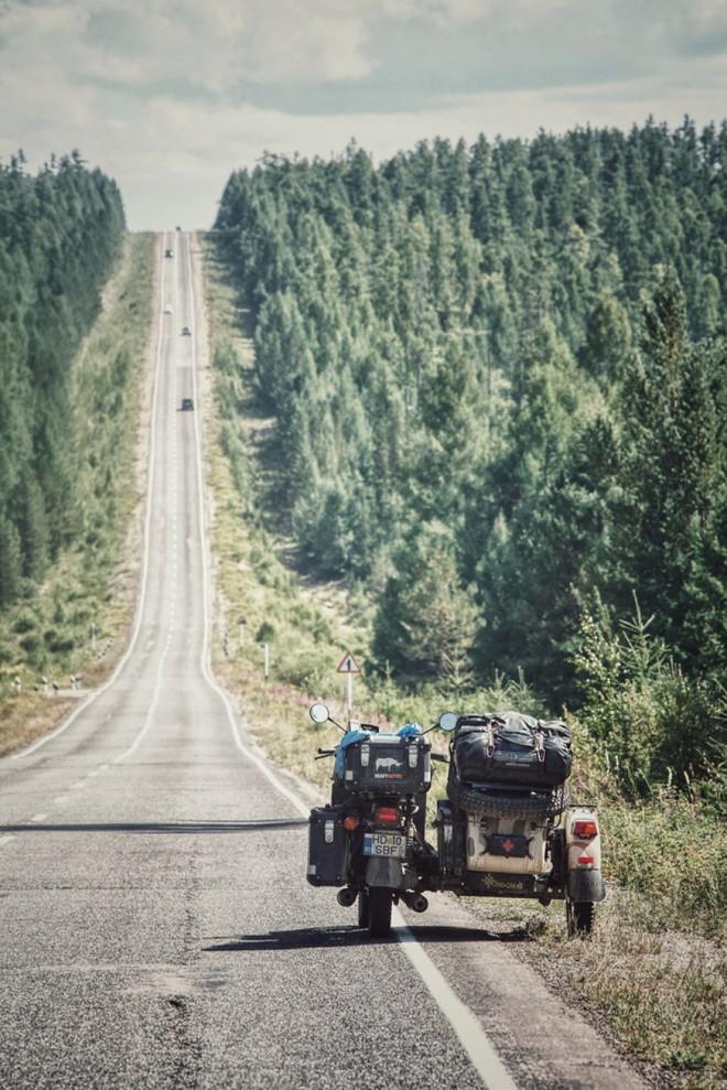 Bộ ảnh du lịch gia đình tuyệt đẹp: Đưa con trai 6 tuổi đi 26.000km qua 12 quốc gia bằng mô tô ba bánh - Ảnh 17.