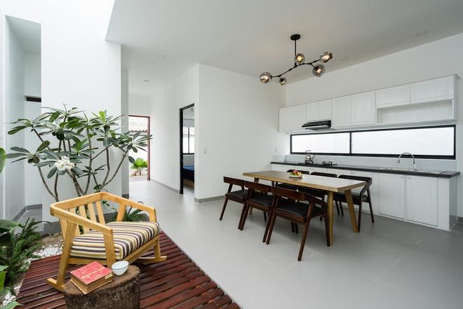 Phòng bếp được thiết kế đơn giản trong tông màu trắng