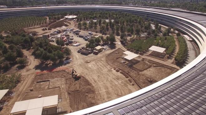 Bên trong tòa nhà hình tròn sẽ được tạo một khu vực công viên với nhiều cây xanh