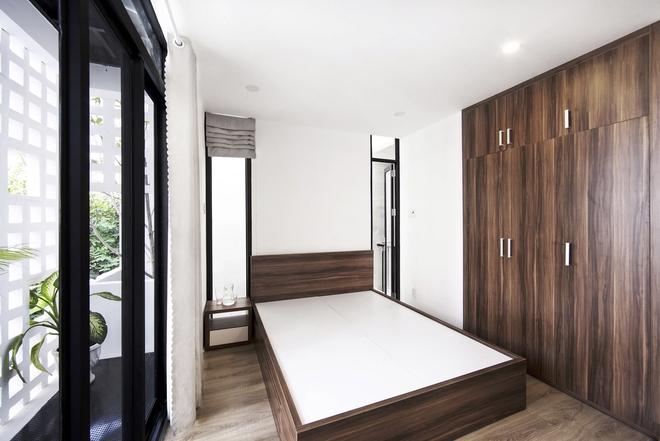 Nội thất gỗ tự nhiên làm tổng thể màu sắc của phòng ngủ trở nên vô cùng trang nhã