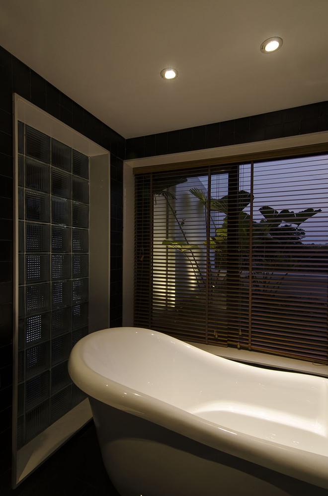 Phòng tắm nhìn ra khu vườn nhỏ trên sân thượng