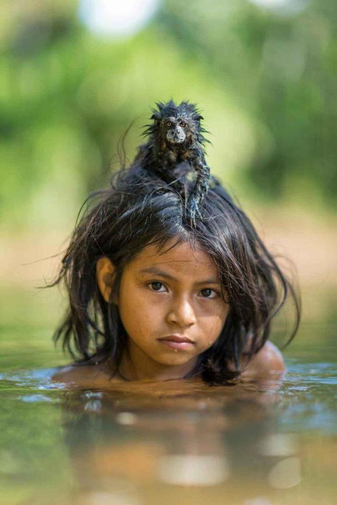 Yoina là thành viên của Machiguenga, một nhóm dân tộc bản địa sống bằng nghề săn bắt, hái lượm gồm khoảng 1.000 người.