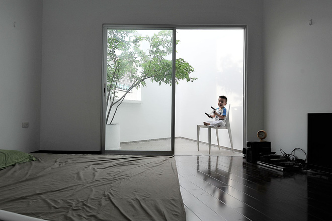 Ngôi nhà 42m2 kỳ lạ ở Sài Gòn: Bên ngoài tưởng kín như hũ nút, bên trong thoáng mát rộng mở thênh thang - Ảnh 18.