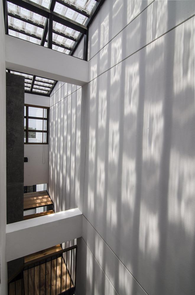 Cầu thang chính là nơi đón nắng hướng tây, giảm nhiệt cho không gian bên trong căn nhà