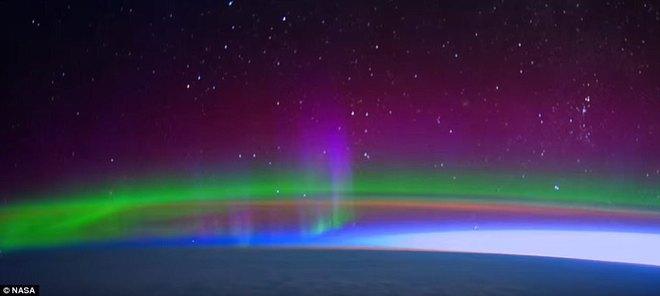 Vào tháng Tư năm nay, NASA đã công bố một video timelapse với độ phân giải ultra-high 4K của cực quang Borealis và Australis như được nhìn thấy từ độ cao 402 dặm so với bề mặt Trái đất.