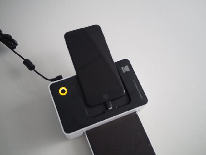 Mặc dù có thể sử dụng Wifi, nhưng nếu kết nối trực tiếp qua dock của Smartphone, việc in ảnh sẽ nhanh hơn nhiều