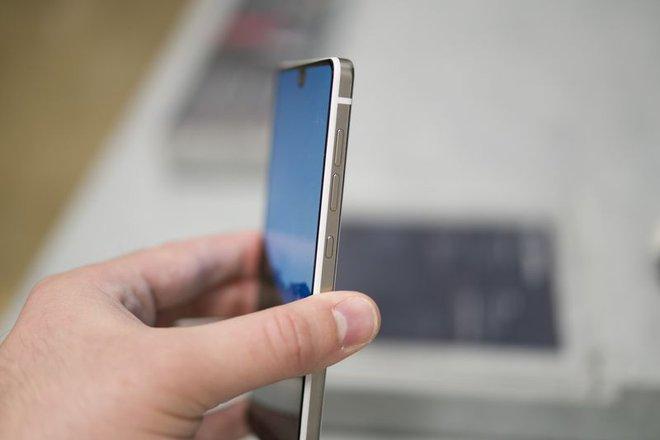 Điện thoại được làm từ titan với phần mép thon gọn xung quanh màn hình. Photographer: Mark Gurman/Bloomberg