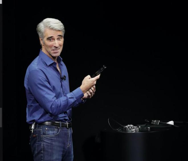 Khoảnh khắc Federighi đứng hình vì không mở được iPhone X bằng Face ID