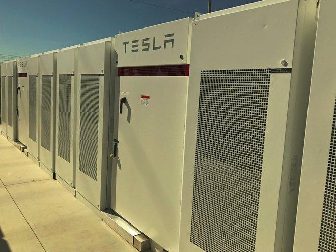 Những tấm pin Powerpacks của Tesla tại trạm biến áp Edison phía Nam California ở Mira Loma.