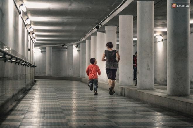 Chùm ảnh: Một nhịp sống Hà Nội thật khác ở phố đi bộ 12 cửa dưới lòng đất trong 10 năm qua - Ảnh 3.