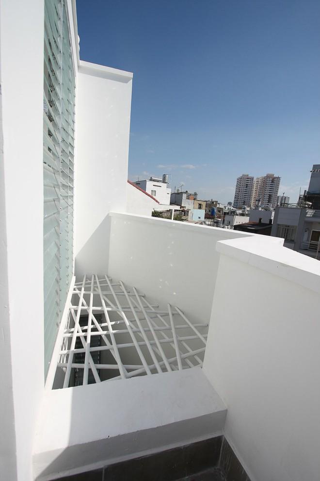 Ngôi nhà 42m2 kỳ lạ ở Sài Gòn: Bên ngoài tưởng kín như hũ nút, bên trong thoáng mát rộng mở thênh thang - Ảnh 4.