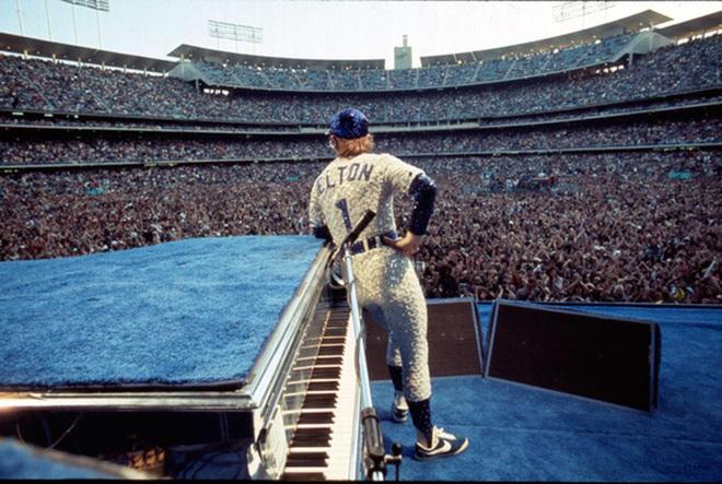 Vào đầu những năm 80, Cortez tiếp tục thắng lớn trên sân khấu nhạc pop. Ca sĩ đình đám Elton John đã âm thầm hợp tác với Nike từ giữa những năm 70 và kết quả của mối quan hệ này là mẫu Cortez/Roadrunner Mix.