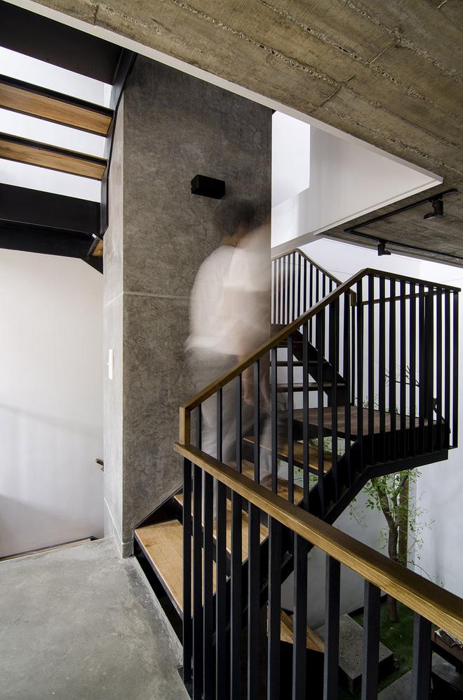 Thép sơn đen và gỗ tạo nên hệ thống cầu thang chắc chắn và thân thiện