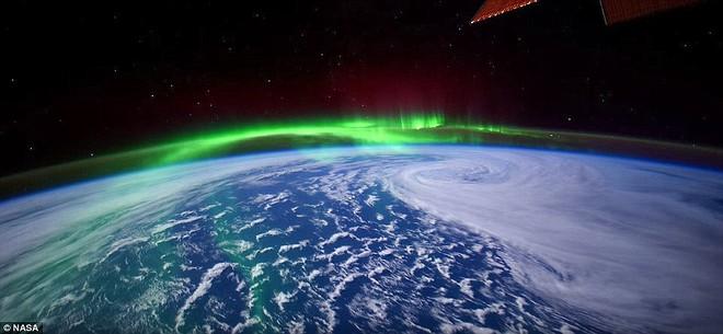 Trong khi các phi hành gia trên trạm vũ trụ thường có cơ may được thưởng lãm những bữa tiệc ánh sáng kỳ vĩ được tạo nên bởi cực quang từ góc nhìn rất hiếm có của mình, bản thân họ thường cũng đang nằm trên đường chân trời của Trái đất.