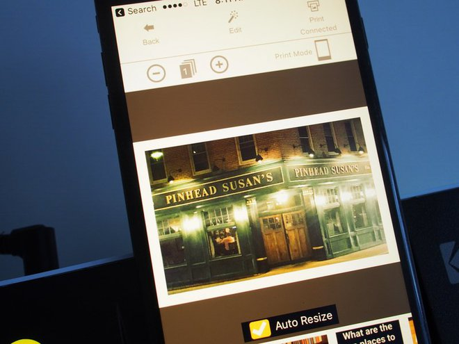 Bạn có thể sử dụng một ứng dụng của Kodak dành riêng cho chiếc máy in trên điện thoại của mình để in ảnh từ Instagram, Facebook hay từ cuộn camera
