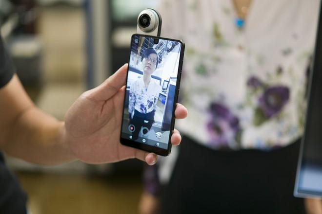 Camera được gắn bằng nam châm tạo ra video với chất lượng 4K và hình ảnh 360 độ. Photographer: Mark Gurman/Bloomberg Camera