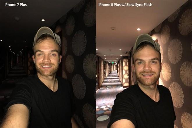So sánh giữa hai tấm ảnh chụp bằng đèn flash thường và đồng bộ chậm đèn flash, có thể thấy rõ Slow Sync Flash không chỉ bắt sáng đối tượng cần chụp mà còn cả ánh sáng xung quanh đó.