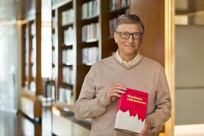 Sơ mi button-down và áo len bên ngoài là cách phối đồ quen thuộc trong mùa đông của Bill Gates, người đàn ông giàu nhất thế giới
