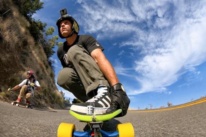 Chẳng ai dám cầm smartphone quay phim khi đang chơi trượt ván địa hình, nhỉ?