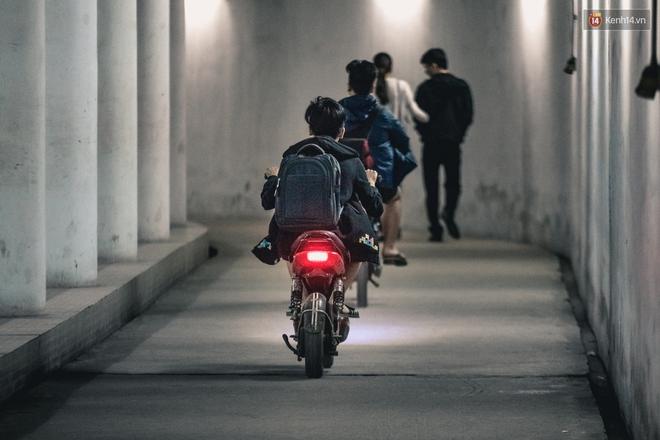 Chùm ảnh: Một nhịp sống Hà Nội thật khác ở phố đi bộ 12 cửa dưới lòng đất trong 10 năm qua - Ảnh 4.